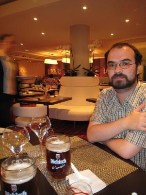 Honza s místním pivem